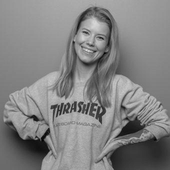 Bilde av Silje Tjomlid som smiler i svart hvitt